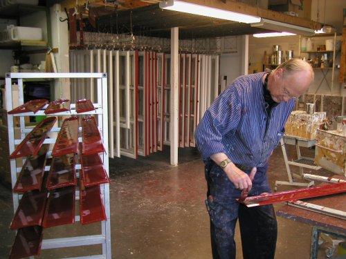 Billede fra Allbäcks værksted med ophængte vinduesrammer.